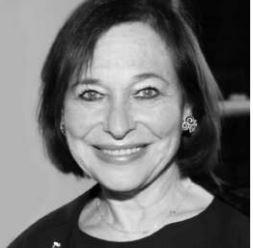 Foto en blanco y negro de persona sonriendo  Descripción generada automáticamente