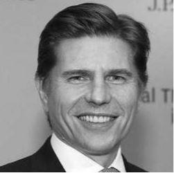 Foto en blanco y negro de un hombre sonriendo  Descripción generada automáticamente